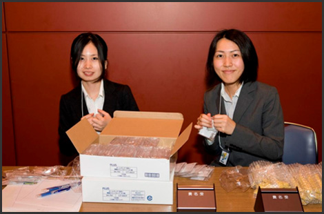 Volunteer staff of this event, Ms. Chiharu Ohtsuka and Ms. Sawako Inada(Graduate School of Public Policy, Tokyo University)